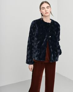Slightly cropped jacket in a luxurious faux fur in two rich, slightly melange colourways. Shorter fur, with movement int the structure. <br> <br> - Collarless <br> - Slightly cropped <br> - Luxurious faux fur <br> <br>  The model is 179cm and wears