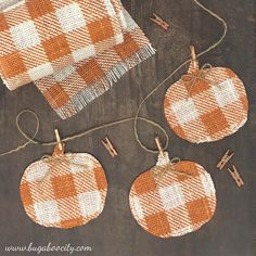 Sewing tutorial: Burlap pumpkin fall banner Kim from Bugaboo City shows how she used some buffalo check burlap to make an adorable fall pumpkin banner. It's a quick little project that makes a cute decoration for the whole fall season… 5 Diy Crafts, Burlap Crafts, Fall Crafts, Halloween Crafts, Burlap Projects, Fall Projects, Burlap Fall Decor, Quick Crafts, Halloween Crochet