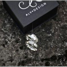 Vackra, handgjorda och rustika silverringar med och utan ädelstenar. Se mer av våra speciella silverringar i webbutiken www.alvdesign.se