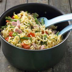 Bunter Nudelsalat mit Paprika, Bohnen, Tomaten und Kochschinken