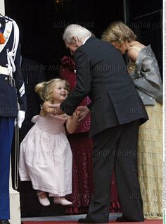 Prinses Amalia is blij haar Opa en Oma Zorrigetta te zien