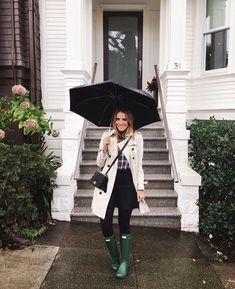 15 Outfits That Look Cute Even When It's Pouring Rain Rainy days aren't the best for outfit inspiration. However, these 15 winter rainy day outfits ahead are guaranteed to look cute even when it's pouring rain Rainy Outfit, Rainy Day Outfit For Spring, Cute Rainy Day Outfits, Rainy Day Fashion, Outfit Of The Day, Green Hunter Boots, Hunter Boots Outfit, Outfits Casual, Fall Outfits