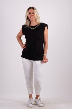 Zincir Kolyeli Vatkalı TshirtKumaş Cinsi  :%100 PamukModelin Ölçüleri : 1.68cm / 36 BedenModelin Üstündeki Beden :SmallYıkama Talimatı:Ürünün iç etiket bölümünde gerekli yıkama talimatı yer almaktadır. White Jeans, Normcore, T Shirt, Pants, Style, Fashion, Supreme T Shirt, Trouser Pants, Swag