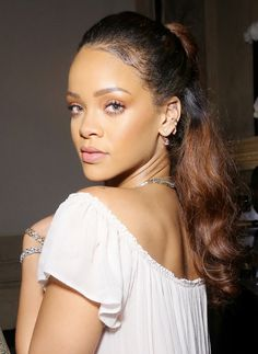A natural, no-makeup makeup look still requires some actual makeup. Here, a celebrity makeup artist gives step-by-step tips on how to get the no-makeup makeup look. Rihanna Mode, Rihanna Riri, Rihanna Style, Rihanna Makeup, 10 Most Beautiful Women, Absolutely Gorgeous, Jenifer Lawrence, Celebrity Makeup, Celebrity Crush
