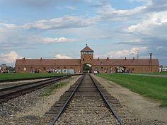 Auschwitz was een verzameling van concentratie- en vernietigingskampen die tijdens de Tweede Wereldoorlog door nazi-Duitsland nabij de Poolse stad Auschwitz (Pools: Oświęcim) werden opgezet. Het was het grootste van alle Duitse concentratiekampen en bestond uit Auschwitz I (Stammlager of basiskamp), Auschwitz II-Birkenau (Vernichtungslager of vernietigingskamp), Auschwitz III-Monowitz (een werkkamp) en een aantal subkampen. Foto:Toegangspoort van Auschwitz-Birkenau.