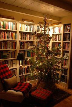 26 Cozy Reading Nooks to Hibernate in This Winter Turn your home library into a festive reading nook by putting a Christmas tree in a corner flanked by books! Home Library Design, Interior Design Living Room, House Design, Home Library Decor, Design Desk, Chair Design, Cozy Nook, Cozy Corner, Cottage Christmas
