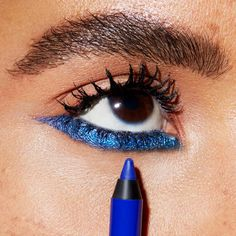 Toma un trago. Una foto de azul. Obtener el look con Maybelline drama duradero a prueba de agua del gel Lápiz en 'Brillante Sapphire'.