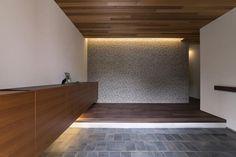 専門家:WORKS・WISE 大桑博彦が手掛けた、玄関(桑原町の家)の詳細ページ。新築戸建、リフォーム、リノベーションの事例多数、SUVACO(スバコ) Cove Lighting, Indirect Lighting, Lighting Design, Wood Architecture, Japanese Architecture, House Entrance, Entrance Hall, Modern Japanese Interior, Washitsu