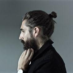 Él, que está pensando si dejarse la barba o no. | 29 Hombres con manbuns obscenamente irresistibles