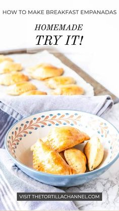Surprise your family with these delicious breakfast empanadas. Great to make on the weekend or serve with your brunch. These are super easy to make! Mexican Breakfast Recipes, Breakfast Dishes, How To Make Breakfast, Best Breakfast, Salted Caramel Fudge, Salted Caramels, Empanadas Recipe, Pinterest Recipes, Food Presentation