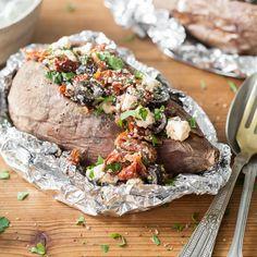 Diese Süßkartoffel wird heiß dampfend, mit einer mediterranen Mischung aus getrockneten Tomaten, schwarzen Oliven, Feta, Petersilie und Oregano gefüllt.