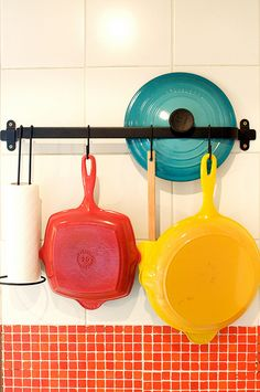 Hanging pots along the wall. And the hanging bar can be used to keep the lids secure as well. Cocotte Le Creuset, Le Creuset Cookware, Kitchen Utensils, Kitchen Gadgets, Le Creuset Colors, Hanging Pots, Hanging Bar, Kitchenware, Tableware