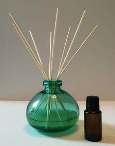 How to Make a Reed Diffuser with Essential Oils -- reed diffusers are easy and inexpensive to make, you can customize them to your decor, they make great gifts, and they& perfect for places where it& not convenient to plug in a diffuser (like bathrooms) Homemade Reed Diffuser, Diffuser Diy, Reed Diffuser Oil, Essential Oil Diffuser, Essential Oil Blends, Diffuser Blends, Perfume Diffuser, Doterra Essential Oils, Homemaking