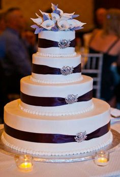 Cake with broaches