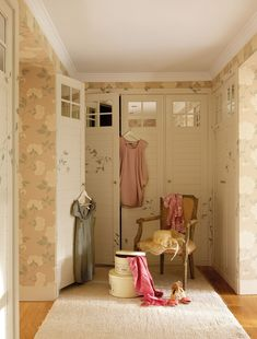 Pink color accents are ideal for romantic home decorating ideas that create very feminine, soft and tender rooms and outdoor living spaces with floral wallpaper patterns and soft fabrics Shabby Cottage, Shabby Chic, Floral Pattern Wallpaper, Wallpaper Patterns, Dressing Room Closet, Dressing Rooms, Yellow Sofa, Romantic Bedroom Decor, Romantic Homes