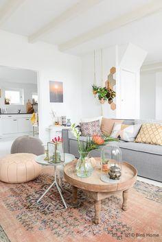 A lovely pastel home / Una hermosa y dulce casa en tonos pastel via casahaus.net
