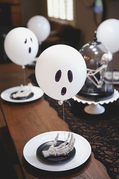 I've always been a fan of Boo-ing our neighbors at Halloween time. Only problem… our neighbors don't usually continue the fun. So this year we wanted to put a little treat together to deliver to… Happy Halloween, Table Halloween, Halloween Table Settings, Halloween Balloons, Halloween Table Decorations, Adult Halloween Party, Halloween Dinner, Halloween Birthday, Decoration Table