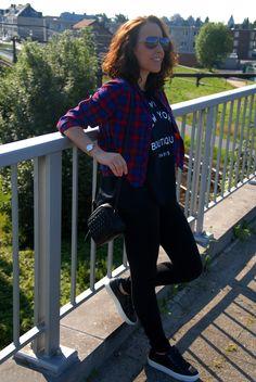 Zwarte leggings + ruitjeshemd + sneakers