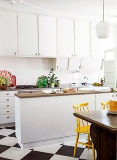 Begynner å føle at sjakkrutede kjøkkengulv kanskje er noe for meg Kitchen Interior, New Kitchen, Kitchen Dining, Kitchen Decor, Kitchen Cabinets, Kitchen Yellow, Swedish Kitchen, Narrow Kitchen, Kitchen Island
