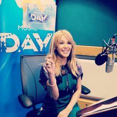 Kylie en los estudios de la BBC para grabar algunos fragmentos sonoros para celebrar el día de la música el 28 de septiembre de 2018 y sorprender a los viajeros del metro 🚉 Kylie Minogue, Bbc, The Power Of Music, Dance, Studios, September, Dancing