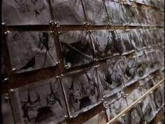 Tim Burton – The Nightmare Before Christmas: Ik vind de stijl van de film erg mooi en vind het vooral leuk dat het met stop-motion is gemaakt. De beelden lopen vrij vloeiend in elkaar over maar het is toch anders dan een animatie film. De personages hebben allemaal duidelijke en opvallende kenmerken. De sfeer is vrij donker maar er zit toch veel humor in.