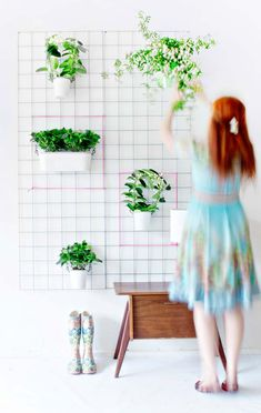 Green DIY Wall Planter - Home Decorating Trends - Homedit Vertical Planter, Vertical Garden Diy, Diy Garden, Home And Garden, Garden Care, Vertical Bar, Jardim Vertical Diy, Homemade Chandelier, Hanging Wall Vase