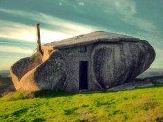 Casa do Penedo (Portugal). Nasceu nos anos setenta e é utilizada como casa de férias. Até o interior está de acordo com o ambiente rústico da região.