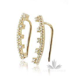 Kolczyki wykonane ze srebra próby 925, w kolorze złotym, wysadzane cyrkoniami o szlifie brylantowym. Całkowita długość wzoru to około 2,0 cm. Kolczyki można nosić na dwa sposoby, wzdłuż ucha lub w formie wiszącej.