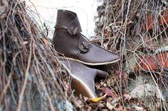 Le scarpe medievali di pelle dei Secoli bui http://armstreetitaly.com/negozio/calzature/le-scarpe-medievali-di-pelle-dei-secoli-bui