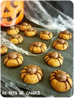 Araignées cookies - Halloween 200 g de beurre de cacahuète (ici j'en ai utilisé un avec des éclats de cacahuètes) - 50 g de sucre roux - 1 oeuf - 1/2 sachet de levure Pour la déco: - des Maltesers (ou autres boules chocolatées) - du chocolat (quelques carreaux) - du sucre glace - feutre alimentaire noir (facultatif)