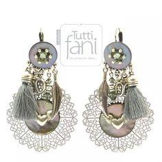 Boucles d'oreilles constituées de : perles et strass en cristal de Swarovski,perles et apprêts en métal européen, estampes en métal asiatique, nacre, pompons en cotonPoids : environ 27 g la paireLongueur : 7 cm