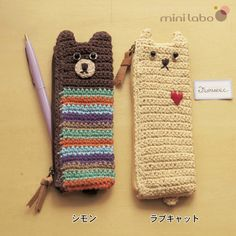 mini labo crochet pen case Crochet Pencil Case, Plastic Bag Crochet, Crochet Pouch, Quick Crochet, Crochet Purses, Love Crochet, Crochet Granny, Crochet For Kids, Crochet Toys