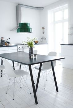 Via Bolig Magasinet | Black and White | Dinnertable | Green Pendant