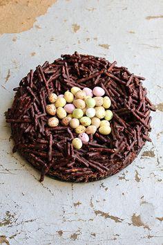 Snart är påsken här! Påskriset, fjädrarna o fina färger har jag tagit fram i köket. Den här påsktårtan är en kladdkaka med salta pinnar och mörk choklad, som ett litet fågelbo. PÅSKTÅRTA KLADDKAKA (24 cm form) 200 g smör 4 ägg 3 dl vetemjöl 8 msk kakao 2 msk vaniljsocker en nypa salt 4 dl [...] Grandma Cookies, Cookie Box, Fika, Gelato, Happy Easter, My Little Pony, Cake Decorating, Deserts, Sweets
