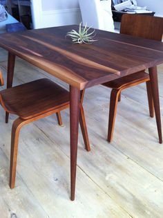 Table inspiration so you know how to usem them in your mid-century modern home  www.essentialhome.eu/blog Midcentury Modern Dining Table, Mid Century Modern Table, Walnut Dining Table, Mid Century Modern Furniture, Wood Table, Retro Dining Table, Mid Century Dining Table, Dining Room Design, Simple Furniture