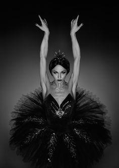 Erwin Olaf - Swan Deze foto is gemaakt door Erwin Olaf. Deze balletdanseres beeld een zwaan uit, dit zie je door de strakke blik en en houding van de armen. maar het straalt toch ook elegantie uit. En door de jurk met de laagjes is het nog extra.