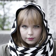 Huppuhuivissa on tuubiosa, johon on ommeltu muotoonommeltu huppu. Hooded Scarf, Winter White, What To Wear, Chevron, How To Look Better, Black And White, Knitting, My Style, Teaser