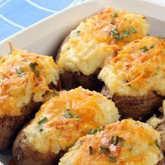 Tout le monde adore les pelures de pommes de terre cuites. Ces pommes de terre farcies d'œufs, de bacon et de fromage attireront assurément l'attention. Vous devrez peut-être même doubler la recette!