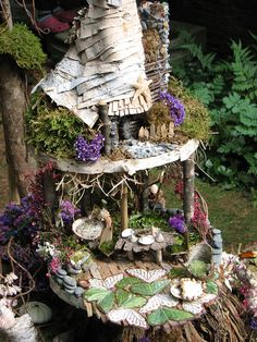 Example of a Fairy House - these are adorable miniature houses created and placed outdoors. I keep thinking I want to make some for my garden, especially since it'd be fun to work in miniature on house-type items! - A lot of ideas Mini Fairy Garden, Fairy Garden Houses, Gnome Garden, Fairy Gardening, Fairies Garden, Garden Gazebo, Hydroponic Gardening, Fairy Village, Fairy Tree