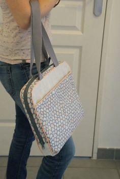Sacoche dordi pour Rose des îles – Frénésie et moi Bag Patterns To Sew, Sewing Patterns, Diy Sac, Laptop Bag For Women, Computer Bags, Computer Cover, Couture Sewing, Purse Organization, Hobo Bag