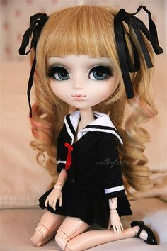 I'm not sure if she's a custom or not (anybody care to weigh in?)...either way, she's such a pretty Pullip doll! ♡
