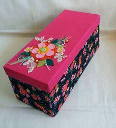 Decorada com tecido e chita, esta caixa para embalagem de garrafa, ficou fofa com este arranjo de flores de feltro, na tampa. Adelia Milfont