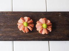 いつもの食材の切り方を少し変えるだけであっという間にかわいくなっちゃう飾り切り。今回は、ウインナー、ちくわ、ミニトマトなどいつものお弁当のおかずを使ったかわいい飾り切りテクをたっぷりご紹介します。お花見の席で歓声があがること間違いなし! Bento Box Lunch For Kids, Lunch Box, Cute Bento, Bento Recipes, Planter Pots, Food And Drink, Cooking, Ethnic Recipes