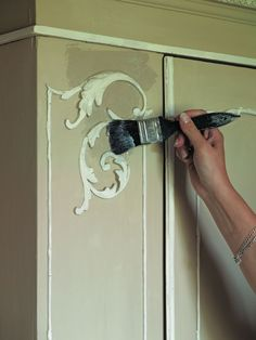 How to Use Chalk Paint - painting, waxing, distressing... SUPER helpful, I was doing it all wrong & now I realize why!