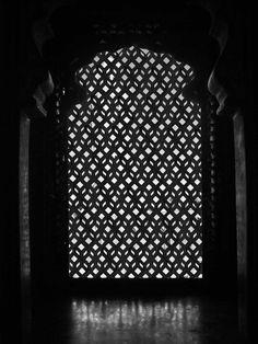 Création d'un Moucharabieh Window Screens, Art Deco, Guest Suite, Islamic Art, Art And Architecture, Restaurant Bar, Black And White, Pattern, Hostel