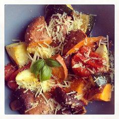 Skinny groenteschotel (1 persoon): 1 zoete aardappel - 1 kwart courgette - 1 tomaat - wat champignons - een eetlepel geraspte kaas