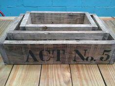 Caixas em madeira de construção.