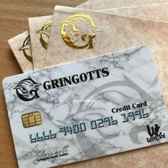 Be part of the Wizard World with this Gringotts Bank Credit Card. An artists rep. La Saga Harry Potter, Harry Potter Props, Harry Potter Jk Rowling, Harry Potter Stories, Harry Potter Wizard, Harry Potter Hogwarts, Draco, Hery Potter, Harry Potter Accesorios