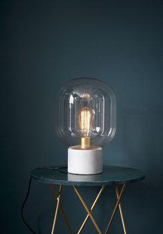 Une lampe globe qui tient la vedette sur une petite table d'appoint