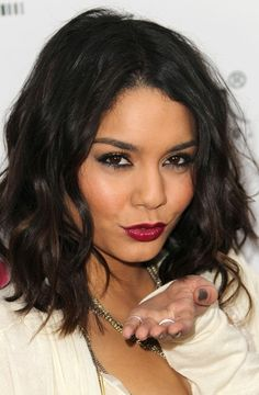 Unos labios color frambuesa pueden ser tus mejores aliados para las noches de verano.  #labial #labios #pintar #frambuesa #makeup #estilo #belleza